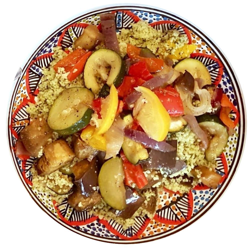 couscous vegetarien avec de la semoule est des légumes méridionaux, servi dans un plat artisanal marocain
