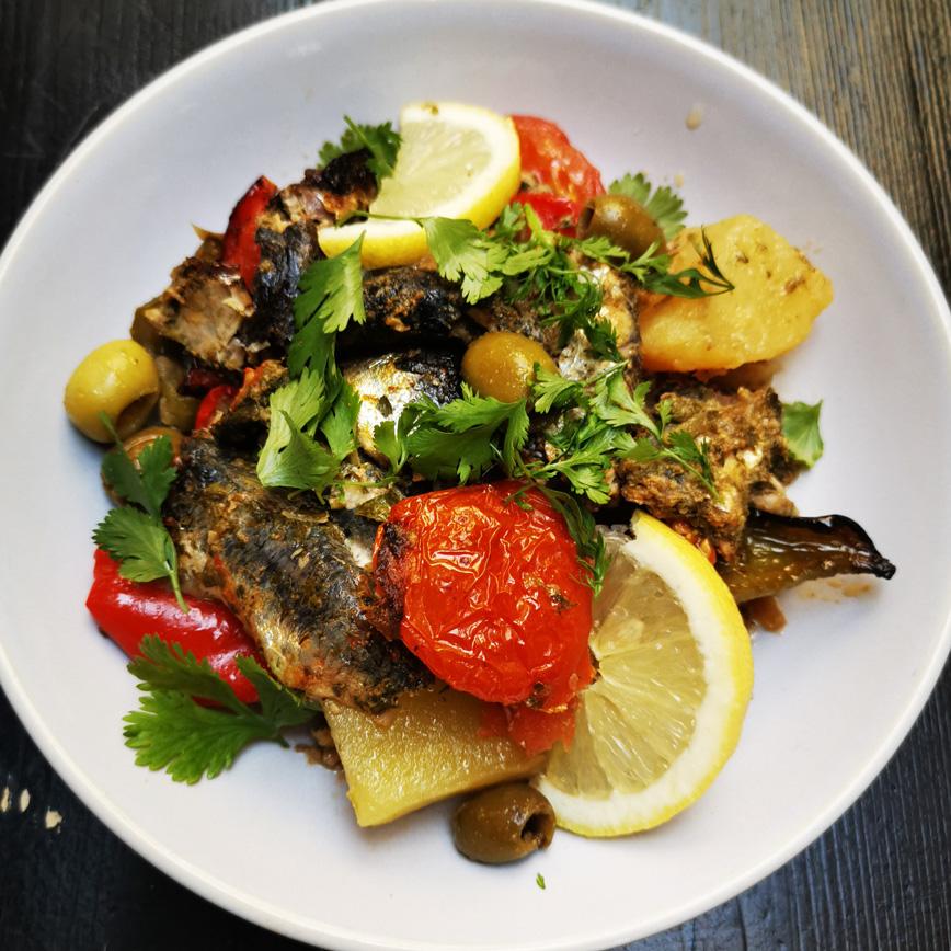 plat de sardines cuisinées avec un assortiment de légumes méridionaux