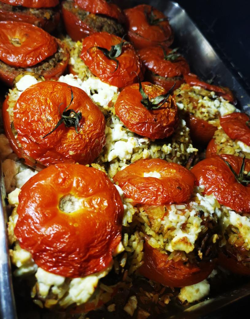 plat de tomates généreusement farcies